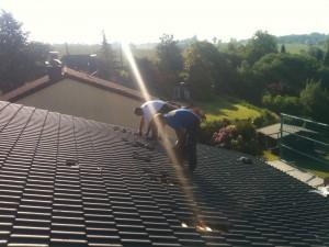 Fleissige Handwerker beim Anbringen der Dachhacken