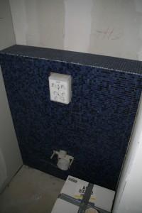 Toilettenwand mit Rohinstallation