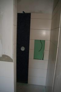 Große Dusche mit Mosaik