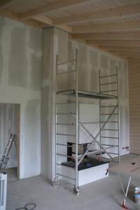 Seitenwand mit Malergerüst und teilweise geweißter Decke