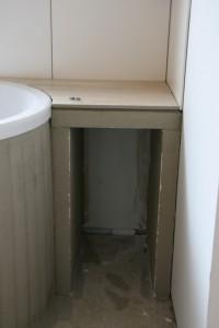 Ablagefach neben der Badewanne