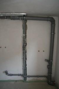 Rohrleitungen in der Waschküche