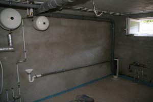 Unsere Wasserwand mit Abflussrohren