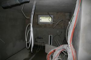 Haustechnikraum mit kleinem Fenster und trotzdem deutlich mehr Licht als vorher