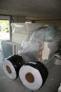 Materialberge: Dämmplatten und Leitungen für die Fußbodenheizung