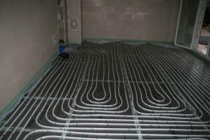 Arbeitszimmer mit fertig verlegter Dämmung und Fußbodenheizungsschlangen