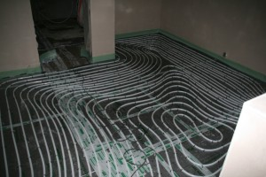 Treppenhaus mit fertig verlegter Dämmung und Fußbodenheizungsschlangen