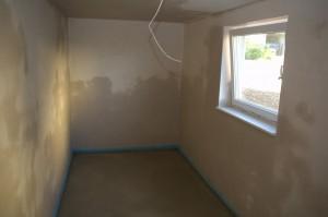 Abstellraum mit frisch verputzten Wänden und neuem Estrich