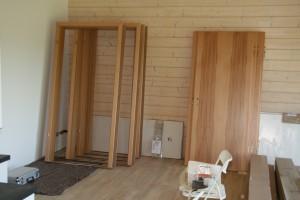 Türen und Zargen, im Wohnzimmer gelagert