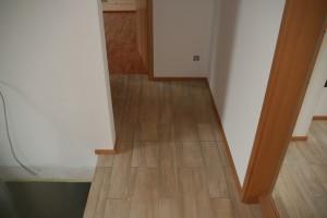 Material-Kombination aus Feinsteinzeug, Innentür, Fußleisten, Innenwand und Holzwand