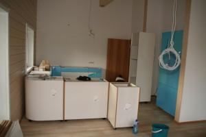Teilaufgebaute Küche nach der Lieferung, Ansicht aus Richtung des Esstischs