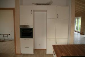 Seitliche Küchenwand mit Backofen, Kühlschrank, Apotheker- und Auszugsschrank