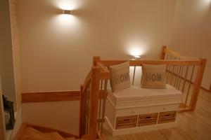Blick ins Treppenhaus mit Wandleuchten